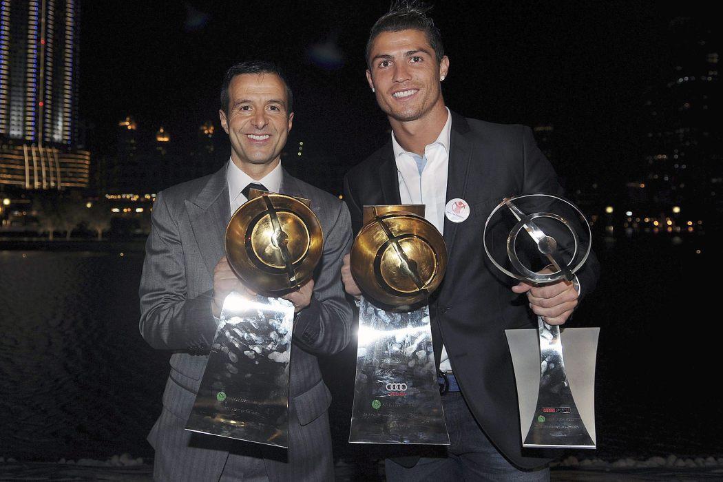 DUB03. DUBAI (EMIRATOS ÁRABES UNIDOS), 28/12/11.- El jugador de Portugal Cristiano Ronaldo (d) del Real Madrid y su manager orge Mendes (i) posan con los trofeos que le fueron entregados a Ronaldo hoy, 28 de diciembre de 2011, durante la ceremonia de los Premios Globo de Fútbol en Dubai (EAU). EFE/ JORGE MONTEIRO  EAU FÚTBOL