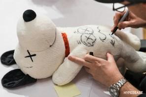 收藏價值激升!當你的 Uniqlo Snoopy 娃娃上面有 Kaws 的獨家簽名?