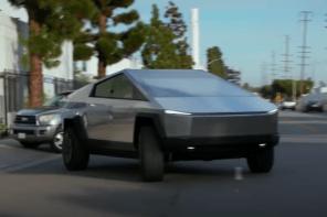 感覺想買!來看看現代鋼鐵人開自家 Cybertruck 逛大街的樣子!