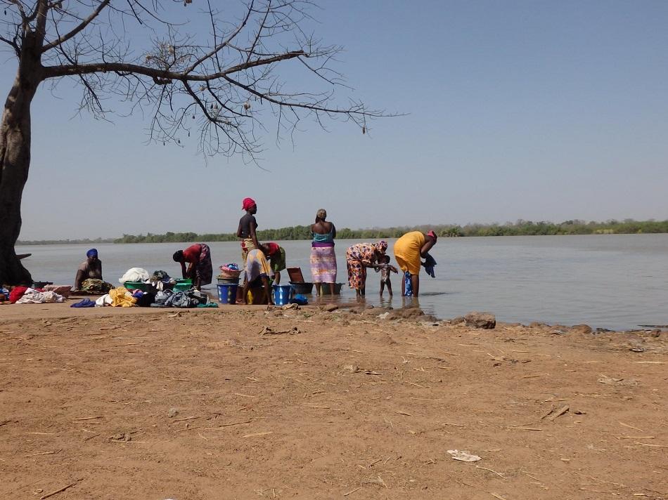 gambiaanse vrouwen wassen in de rivier