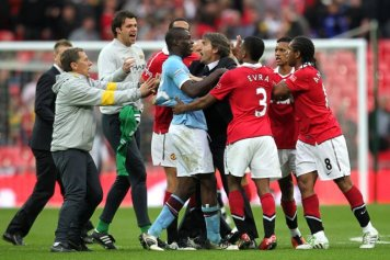 Manchester City's Mario Balotelli (centre) argues with Manchester United players after the final whistle