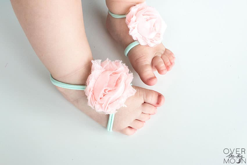 These Pink and Mint No Sew Baby Barefoot Sandals are beyond easy to make! Use this tutorial to make them out of many different types of ribbon and flowers! From overthebigmoon.com!