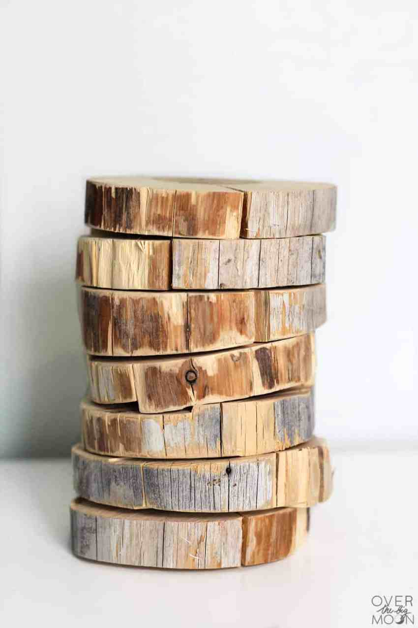 Scrap wood slices turned into Thanksgiving Place Cards!! This tutorial is so fun! From www.overthebigmoon.com!