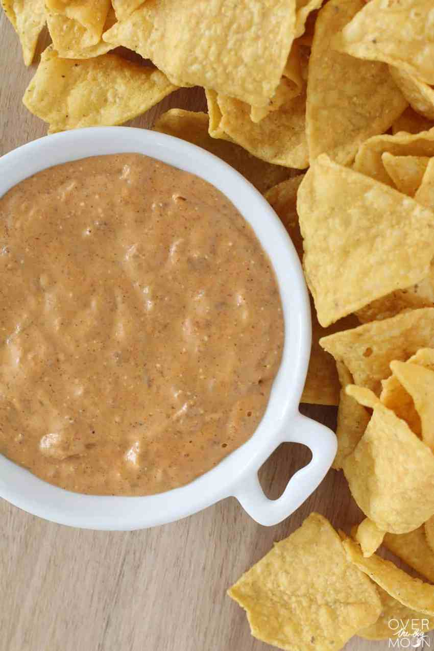 3 Ingredient Quick Queso - this is hands down my favorite queso recipe I've ever tried! Perfect for BBQ's and parties! From overthebigmoon.com!