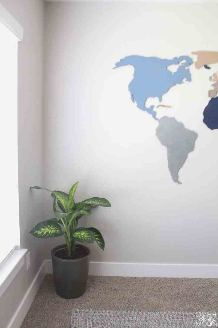 5 Simple Ways to Update a Bedroom -- adding greenery to a room can make a huge difference! Come learn more + see other ways to easily update a bedroom! From overthebigmoon.com!