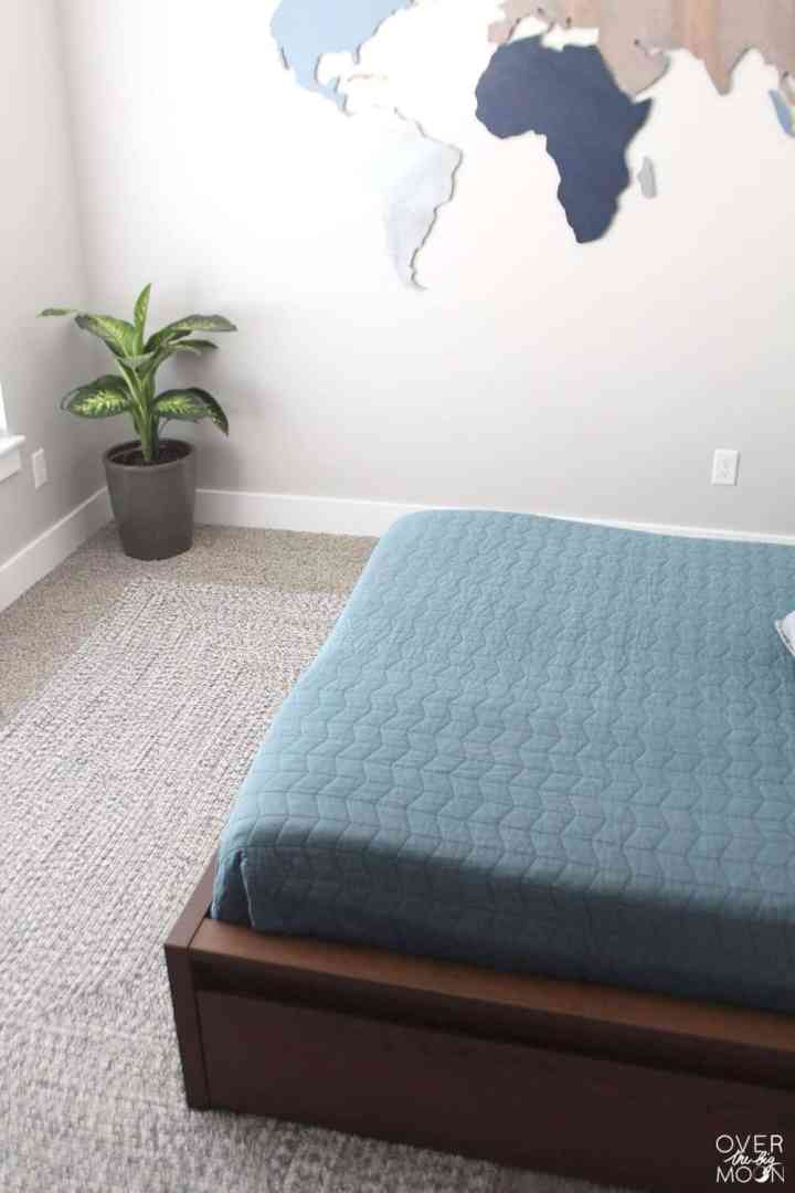 Add a rug to a kids bedroom to give the room a completely new feeling! From overthebigmoon.com!