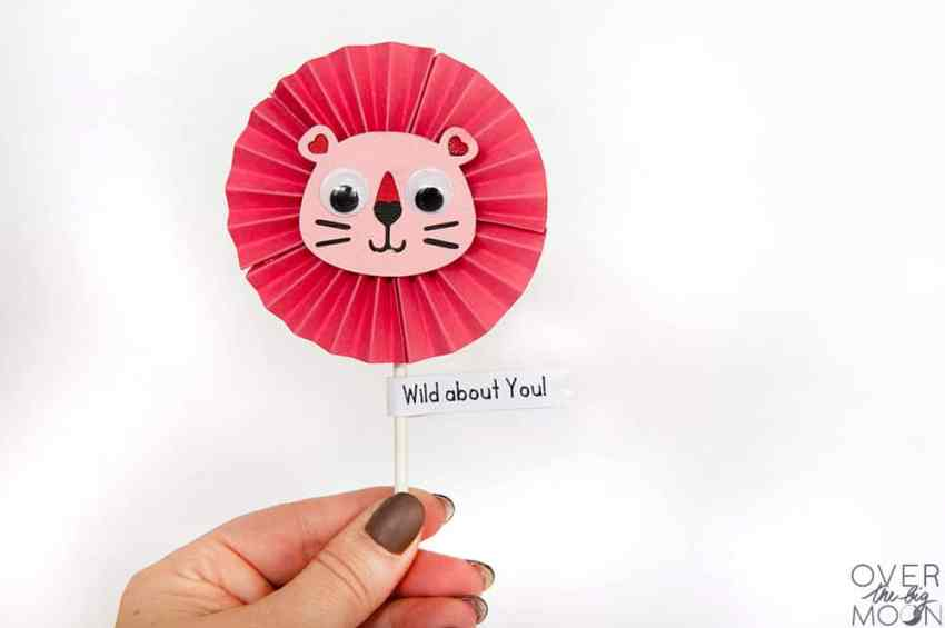 Sucker Valentine Topper - makes the cutest little Lion Valentine! From overthebigmoon.com!
