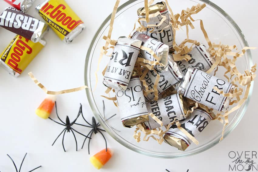 Halloween candy with the free printable Halloween Candy Bar Wrappers wrapped around them.