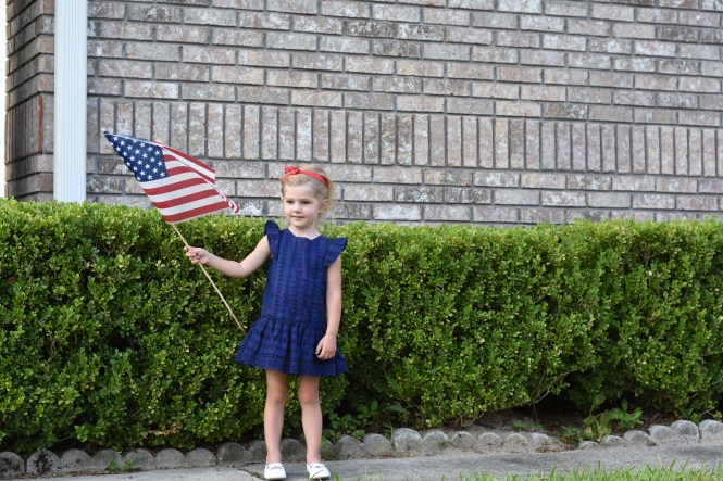4th of july family photos | photos to take for the 4th of july | family photo inspiration | cute 4th of July blog post | overthedeepend.com