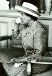 La reine Elizabeth II prend le thé lors d'une visite d'État à Kyoto, au Japon, en 1975 - Droits réservés