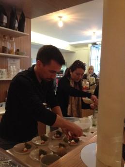 Matthieu, le manager d'Umami, prépare les assiettes de dégustation sucrée - ©Chloé Chateau