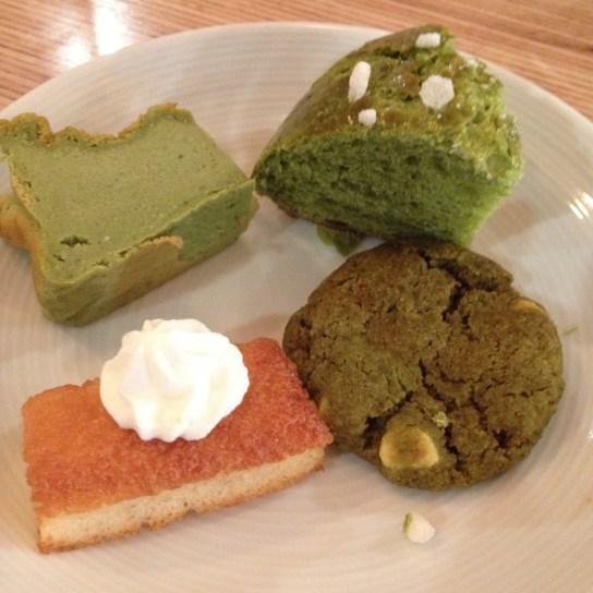 Dégustation sucrée à Umami, le café matcha de Paris : Cheesecake, brioche et cookie au matcha, mini-financier et chantilly au yuzu - ©Chloé Chateau