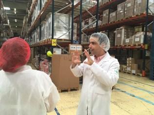 Alexis Grand dirige avec passion la visite de l'usine Dammann Frères à Dreux - ©Chloé Chateau