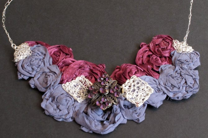 collier avec broche, tissu et métal crocheté