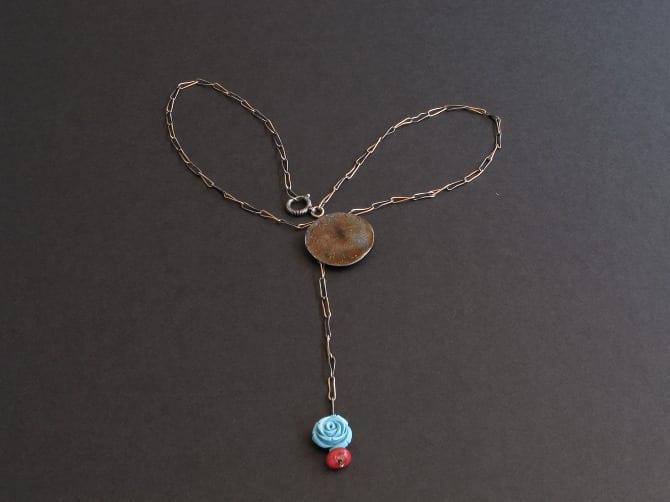 collier chaine ancienne et corail bleu et rouge