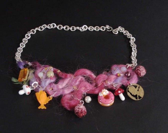 collier laine feutre rose avec breloques diverses