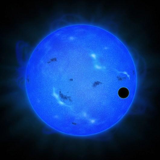 Concepção artística da estrela Gliese 1214, em azul, com o planeta GJ 1214b passando à sua frente, em preto.