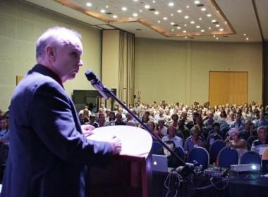 Stephen Bassett fala diante do auditório lotado, encerrando o segundo dia do II UFOZ 2013