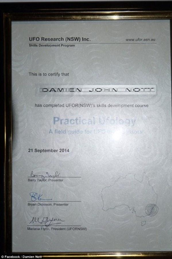 Diploma de Damien Nott em Ovnilogia Prática, recebido em 2014.