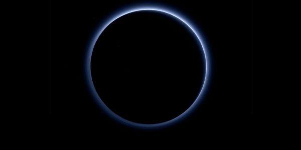Plutão com céu azul