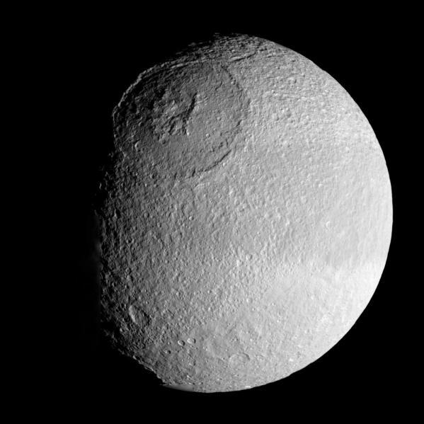 A enorme cratera Odysseus em Tétis tem 450 quilômetros de diâmetro e quase 10 quilômetros de profundidade. (NASA/JPL-Caltech/SSI)