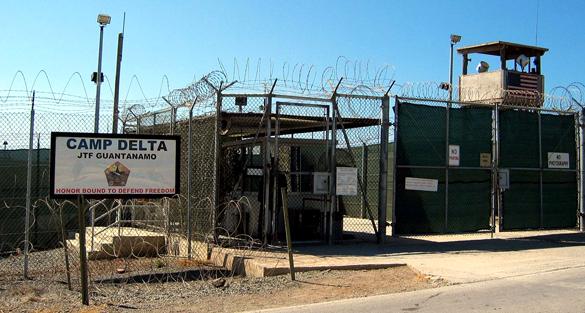 Portão de entrada da base de Guantanamo.