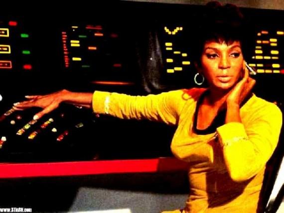 Tenete Uhura e seu dispositivo de áudio.