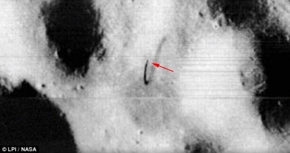 ampliacao-de-foto-da-nasa-mostrando-antena-na-lua