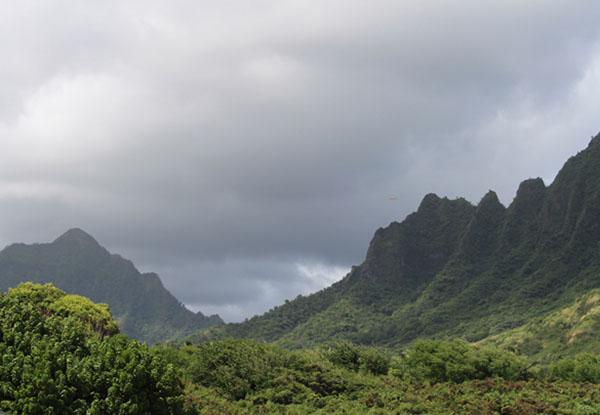 Nesta foto, mal pode-se ver o objeto voando próximo das montanhas à direita.