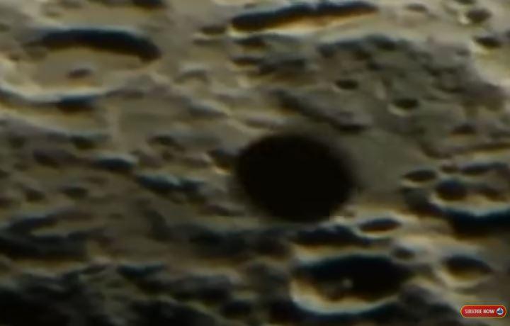 OVNI / UFO aparece em filmagem ao vivo cruzando a superfície da Lua 1