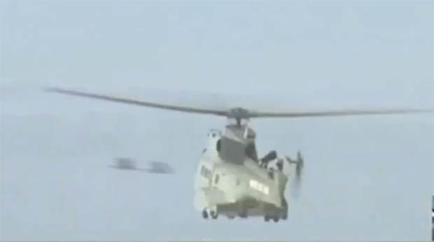 OVNIs são filmados passando por trás de helicóptero