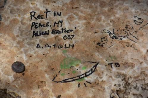 Recompensa é oferecida pelo retorno de lápide de túmulo alienígena no Texas - EUA 1