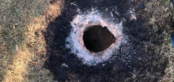 Buraco flamejante aparece no solo e ninguém sabe explicar