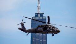 Helicóptero negro sem identificação faz manobras militares sobre Chicago