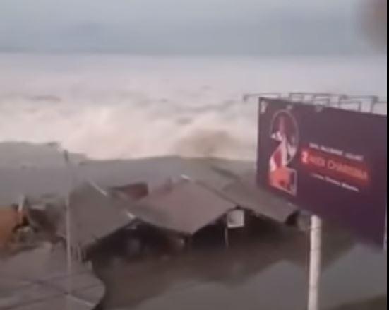 Tsunami chega à costa da Indonésia.