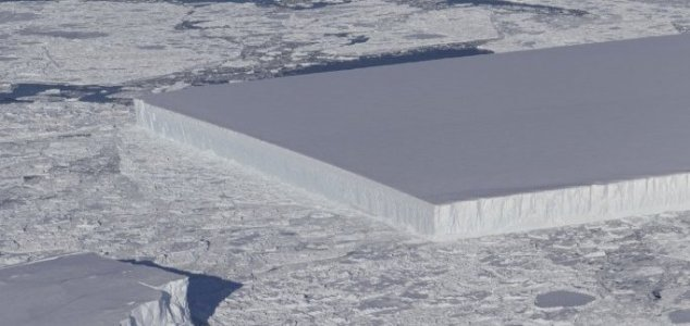 Iceberg perfeitamente retangular deixa internautas perplexos