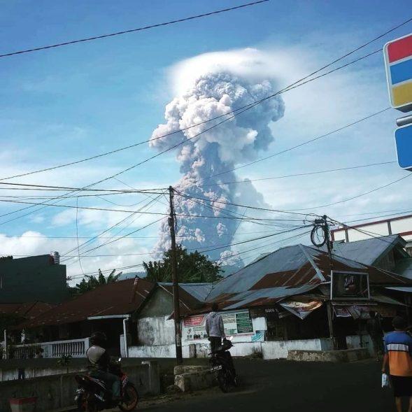 Após terremoto e tsunami mortais, vulcão entre em erupção na Indonésia