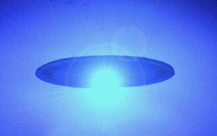 objetos emitindo luzes azuis e casos de ataques aos humanos