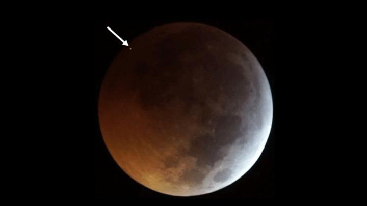 Rocha espacial impacta a Lua durante o eclipse