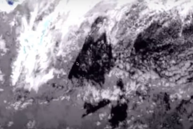Misterioso triângulo gigante surge sobre oceano Pacífico