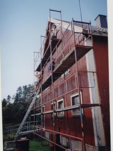Fra dugnaden 2003 - maling av uthuset utvendig. Øverst på stillaset Brit Håverstad, under: Tore Robstad og Mari Bjerland