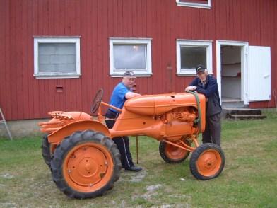 Denne traktoren skal være en av hovedatraksjonene i det som med tiden skal bli museum i prestegården - og den skal inn gjennom døra i bakgrunnen!!!