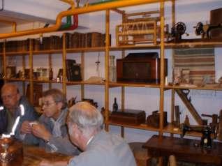 I hyllene er det et rikholdig utvalg av gjenstander fra gamle Eg sykehus.