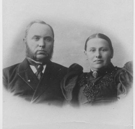 Mons O. Kr. Herberg (prest i Øvrebø fra 1892 til 1922) var født på gården Hammerstad i Stange, Hedmark. Faren var kirkesanger og gårdbruker. Han ble gift med Anna Dorthea Krabbe, som var av den danske adelsætten Krabbe i Damsgård. Stamfaren hennes var ridder Hans Krabbe som levde på 1500-tallet.