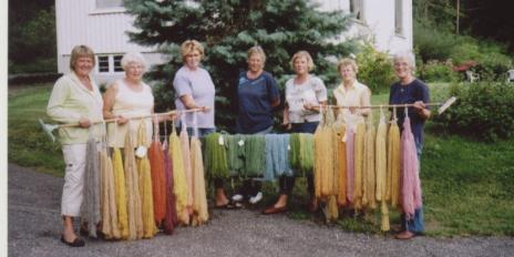 """- og resultatet etter at garnet er farget med """"suppe"""" fra forskjellige planter - utrolig! Fra venstre: Arnhild Bårdsen, Mari Bjerland, nn, Karin Langevei, Gyro Loland, nn, Torgunn Ilebekk (lærer)."""