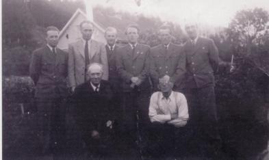Bildet ble tatt da Øvrebø- og Hægelandsruta gikk inn i Agder Bilruter i 1951. Foran fra venstre: Theodor Ilebekk, Kristian Iglebæk. Bak fra venstre: Odd Bjerland, Olav Almen, Karsten Sandtveit, Olav Iglebæk, Arthur Iglebæk, Gunnar Upsahl.