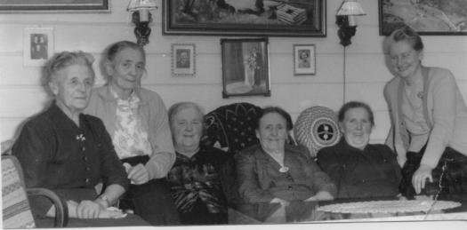 Trolig styret i Ilebekk kvinneforening, ca. 1970. Fra venstre:Anna Haugland, Mari Øvrebø, Inga A. Ilebekk, Susanna Ilebekk, Anne Gurine Ilebekk, Trine Ilebekk