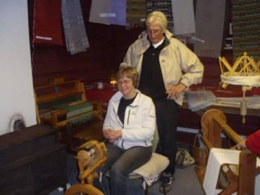 Ragnhild Jakobsen viser Tore Robstad hvordan hun spinner kaninull til angoragarn.