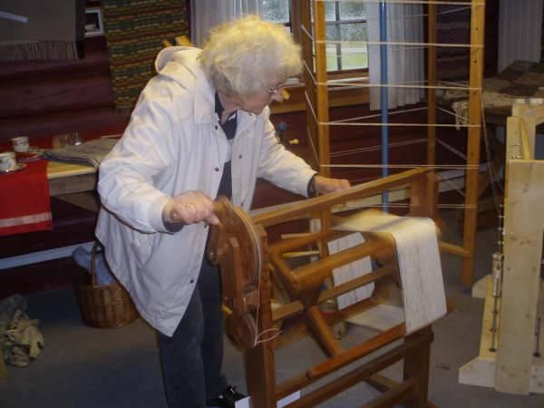 Solveig Sangesland har tydeligvis god kunnskap om hvordan hun skal bruke kabbemaskinen.