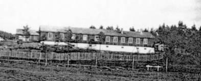 Brakka som framhaldsskolen holdt til i var opprinnelig kjøkkenbrakke i den tyske militærleiren. Etter krigen var det Øvrebø Trevarefabrikk som kjøpte bygningen og kommunen leide lokaler til framhaldsskulen.